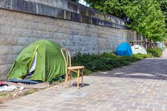 Tält av hemlöst folk på flodstranden Seine i Paris Royaltyfri Fotografi