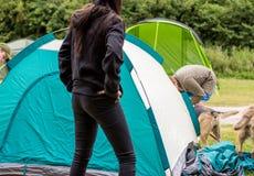Tält för kupol för barnpar monterande royaltyfri foto