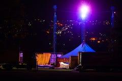 Tält för stor överkant för cirkus som tas bort och packas på lastbilen royaltyfri fotografi