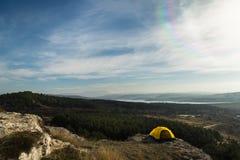 Tält i bergen arkivbilder