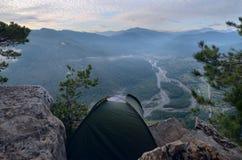 Tält i bergen i höjd Aktiv ferie i bergen Royaltyfria Bilder
