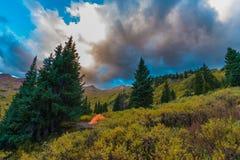 Tält i de steniga bergen Royaltyfri Foto