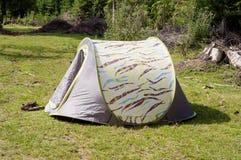 Tält i en skog Royaltyfria Bilder