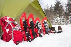Tält i vinterskogen Arkivfoton