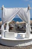 Tält med vitt tyg på havet arkivfoton