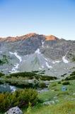 Tält nära sjön i berg Royaltyfria Foton