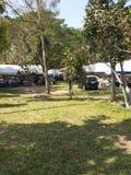 Tält och bil i nationalparken Arkivbild