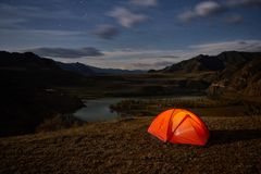 Tält och campa kullelandskap av på natten royaltyfri bild