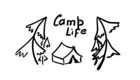 Tält och träd Hand - gjord illustration i klotterstil vägemblem på autoglass, turist- klistermärke Inskriftlägerliv vektor illustrationer