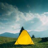 Tält på berget Arkivfoto