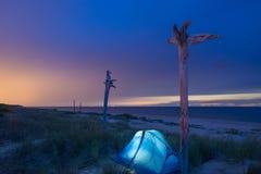 Tält på en nattstrand SOMMAREN landskap kust Royaltyfria Foton