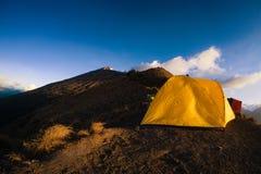 Tält på kanten av monteringen Rinjani eller Gunung Rinjani arkivfoton