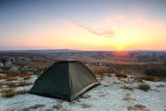 Tält på kritakullen på solnedgången Arkivfoto