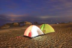 Tält på sandstranden Royaltyfri Bild