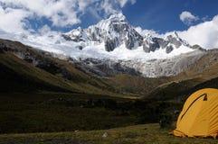 Tält på Santa Cruz Trek på den Cordillera Blancaen Royaltyfria Bilder