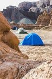Tält som campar i öknen Arkivfoto