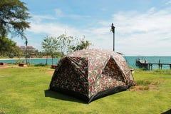 Tält som campar i sjösidan Fotografering för Bildbyråer