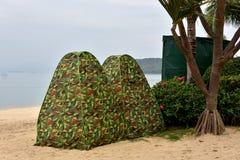 Tält två på sjösidastranden Royaltyfri Bild