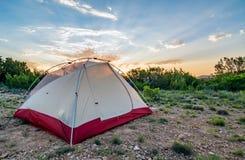 Tält under soluppgång Arkivfoton