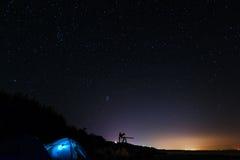 Tält under stjärnor Arkivbild