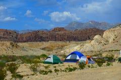 Tältcampare i den sydvästliga öknen Arkivbild