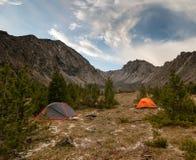 Tälten i bergen royaltyfria foton