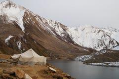 Tältet för lokalt folk på sjön nära Babusar passerar, Khagan Valle Arkivfoton