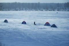 Tältfiskare på is av sjön Royaltyfri Fotografi