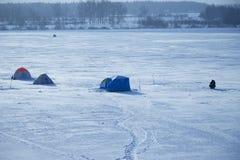 Tältfiskare på is av sjön Royaltyfri Foto