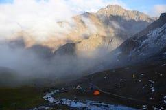 Tältläger på foten av klippan Royaltyfria Foton