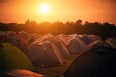 Tältstad på solnedgången Arkivbild