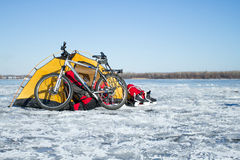 Tältvinterberg Tältet står i bergen i snön Snöskor är bredvid tältet Royaltyfria Bilder