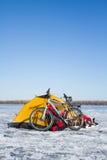 Tältvinterberg Tältet står i bergen i snön Snöskor är bredvid tältet Royaltyfri Foto
