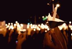 Tänd den härliga stearinljuset på natten Royaltyfria Bilder