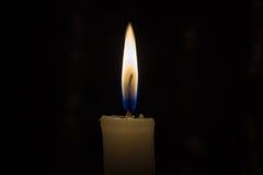 Tänd en stearinljus i mörkret Fotografering för Bildbyråer