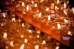 Tänd en stearinljus i rött exponeringsglas royaltyfria bilder