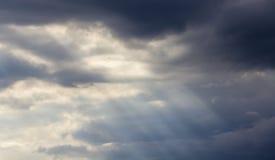 Tänd i den mörka och dramatiska bakgrunden för stormmoln Arkivbild
