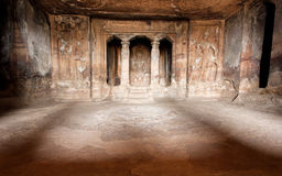 Tänd inom den historiska korridoren av hinduiska tempel för den 6th århundradegrottan, arkitekturgränsmärke i Aihole, Indien Royaltyfria Foton