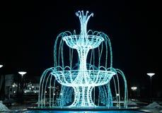 Tänd kulaspringbrunn på natten royaltyfri fotografi