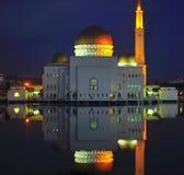 Tänd och bevattna reflexionen av byggnad på natten Fotografering för Bildbyråer