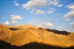 Tänd och skugga över på bergskedja på solnedgången Royaltyfri Foto