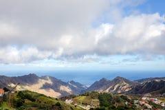 Tänd och skugga över på bergskedjorna på solnedgången, Tenerife, kanariefågelöar, Spanien Arkivbilder