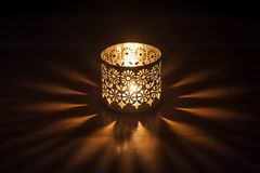 Tänd stearinljus i en ljusstake Arkivbild