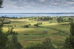 Tänd till och med moln på lantgårdfält nära sjön Raznas Royaltyfri Fotografi