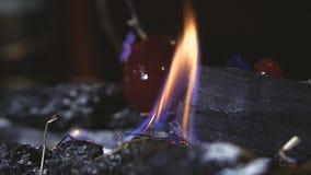 Tända branden på kolen arkivfilmer