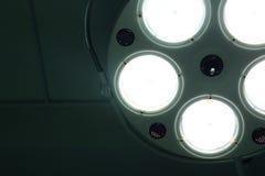 Tända den kirurgiska lampan i fungerande rum royaltyfria foton