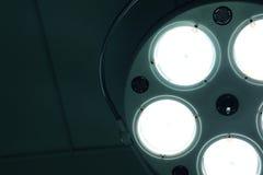 Tända den kirurgiska lampan i sjukhus fotografering för bildbyråer