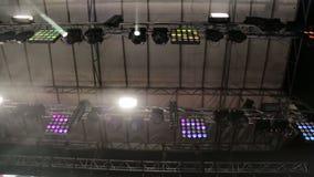 Tända den stora platsen Blinkande ljus i olika färger flyttar sig i olika riktningar Ljus på konserter, diskon arkivfilmer