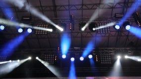Tända den stora platsen Blinkande ljus i olika färger flyttar sig i olika riktningar Ljus på konserter, diskon stock video