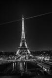 Tända Eiffeltorn, Paris som är svartvit Fotografering för Bildbyråer